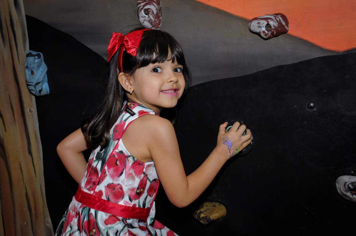 muito bom brincar na parede de escalada no Buffet A turma do Haroldo, Higienópolis, SP festa infantil Beatriz e Marina 6 anos