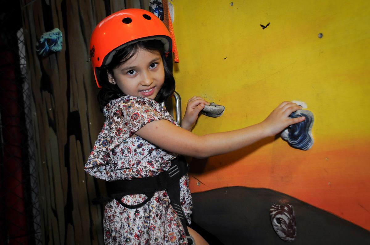 a convidada também brinca na parede de escalada no Buffet A turma do Haroldo, Higienópolis, SP festa infantil Beatriz e Marina 6 anos