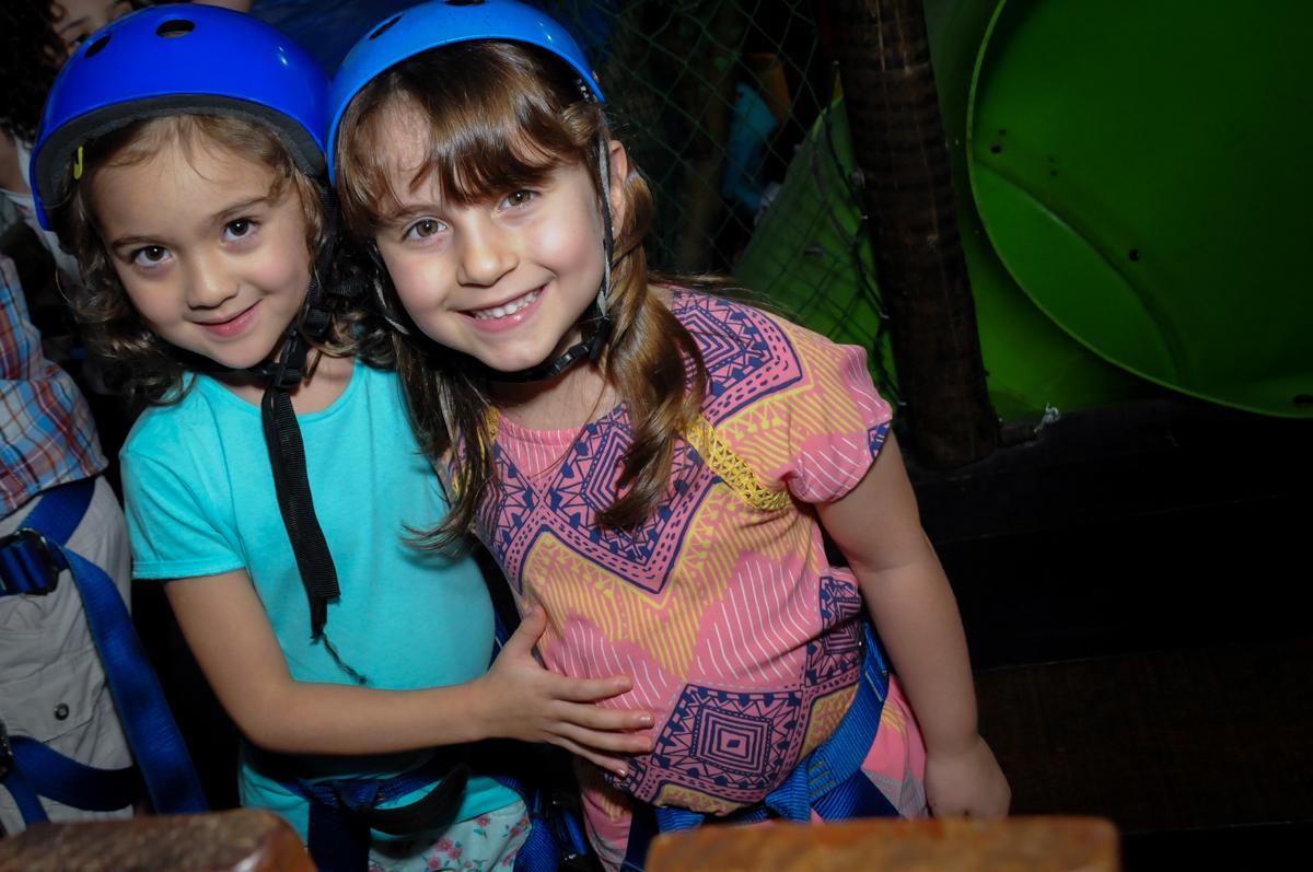 o capacete deve ser usado para ir na tirolesa no Buffet A turma do Haroldo, Higienópolis, SP festa infantil Beatriz e Marina 6 anos