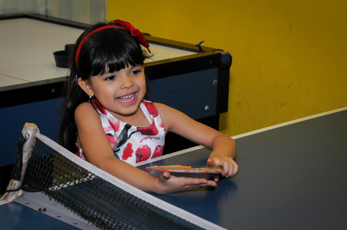 vez da aniversariante jogar ping pong no Buffet A turma do Haroldo, Higienópolis, SP festa infantil Beatriz e Marina 6 anos