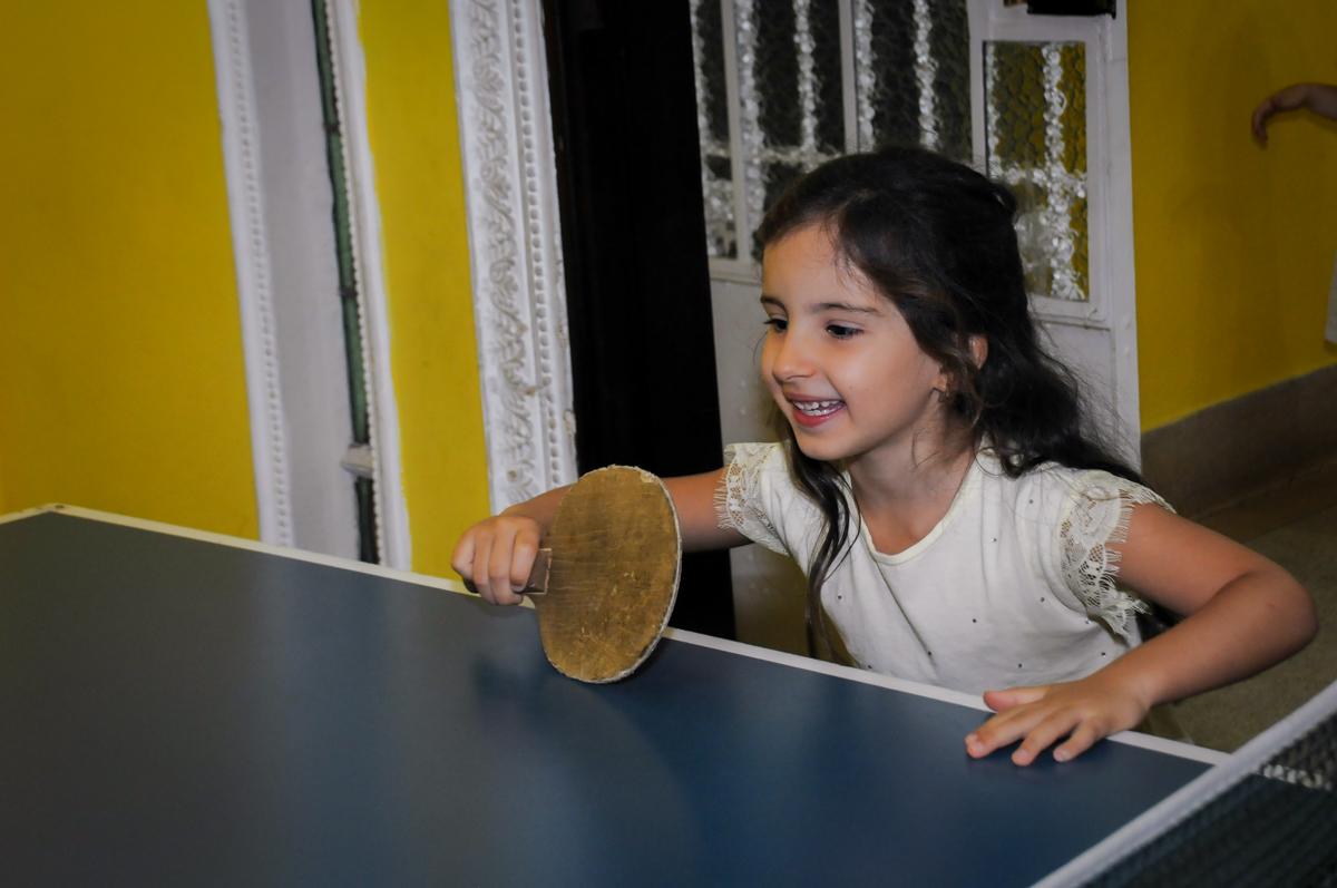 a adversária da aniversariante no jogo no Buffet A turma do Haroldo, Higienópolis, SP festa infantil Beatriz e Marina 6 anos