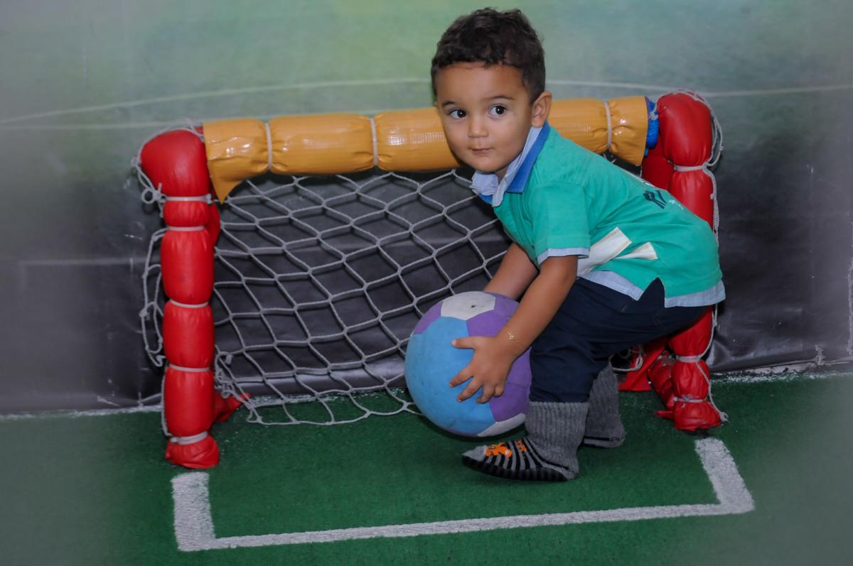 o jogo de futebol acontece no Buffet A turma do Haroldo, Higienópolis, SP festa infantil Beatriz e Marina 6 anos