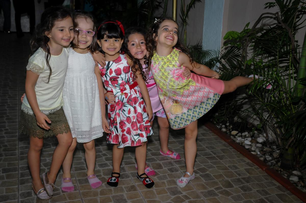 amigas posando para a foto no Buffet A turma do Haroldo, Higienópolis, SP festa infantil Beatriz e Marina 6 anos