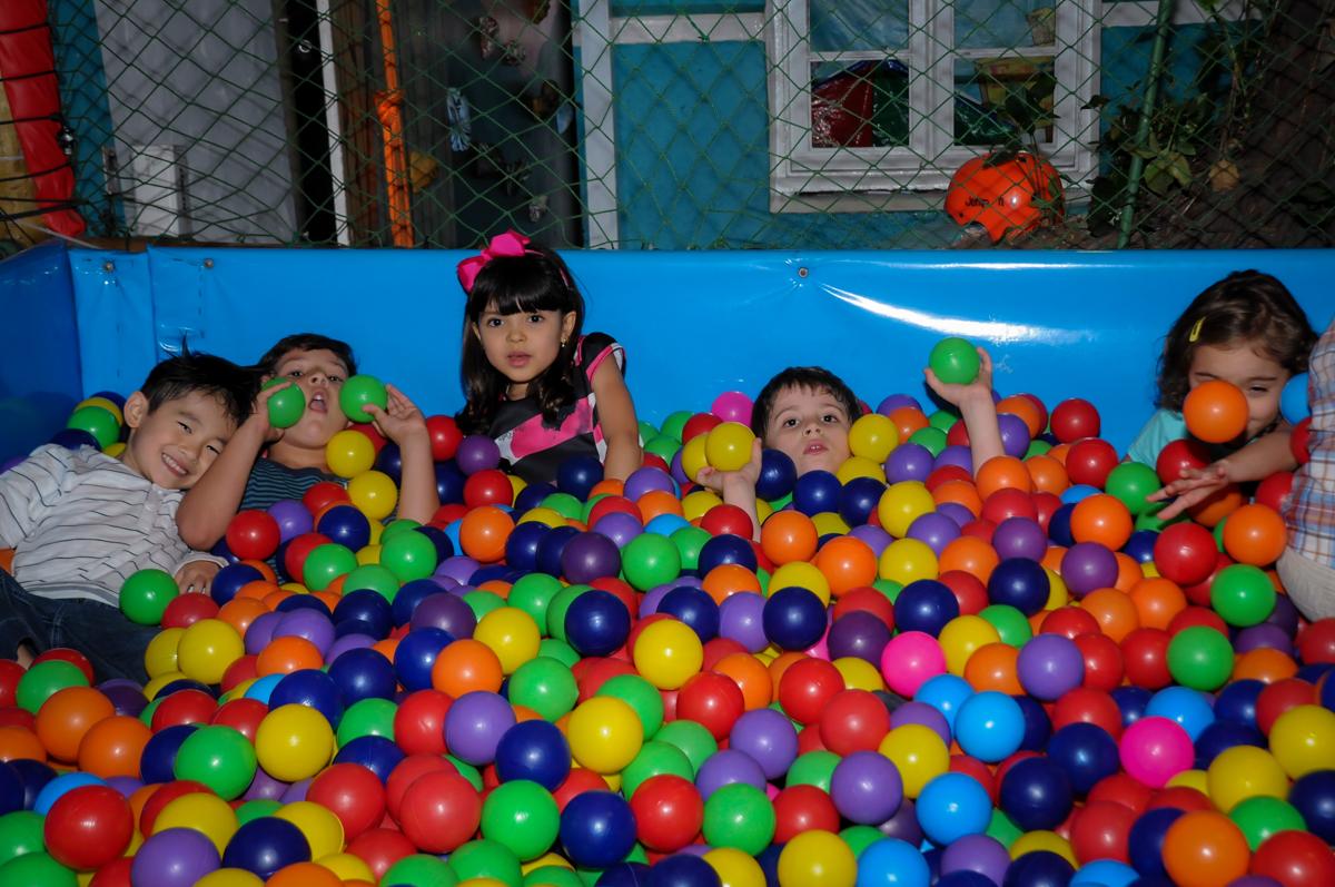 hora de brincar na piscina de bolinha no Buffet A turma do Haroldo, Higienópolis, SP festa infantil Beatriz e Marina 6 anos