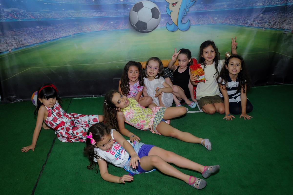 a foto agora é no campo de futebol do Buffet A turma do Haroldo, Higienópolis, SP festa infantil Beatriz e Marina 6 anos