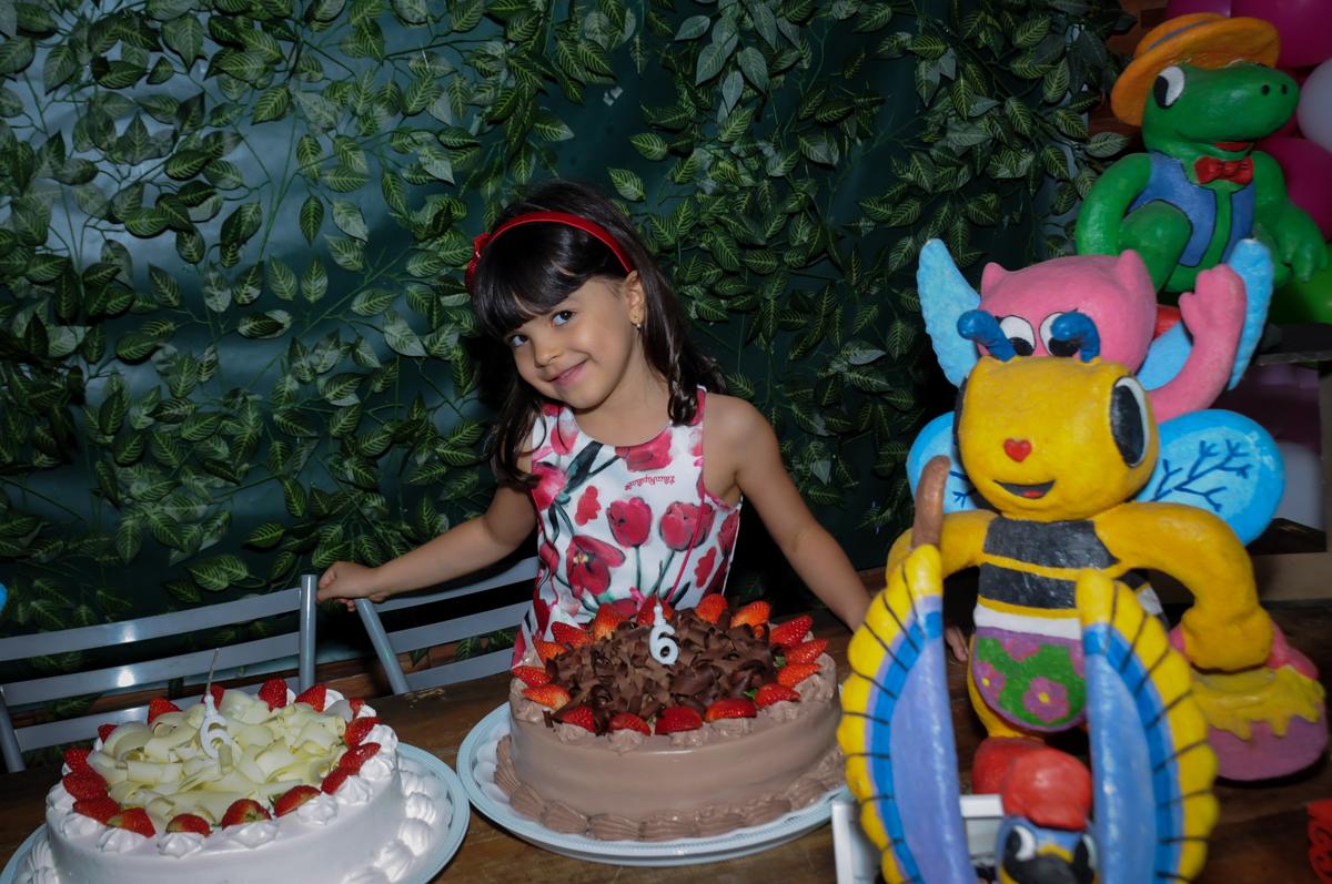 chegou a hora de cantar parabéns para as gêmeas no Buffet A turma do Haroldo, Higienópolis, SP festa infantil Beatriz e Marina 6 anos