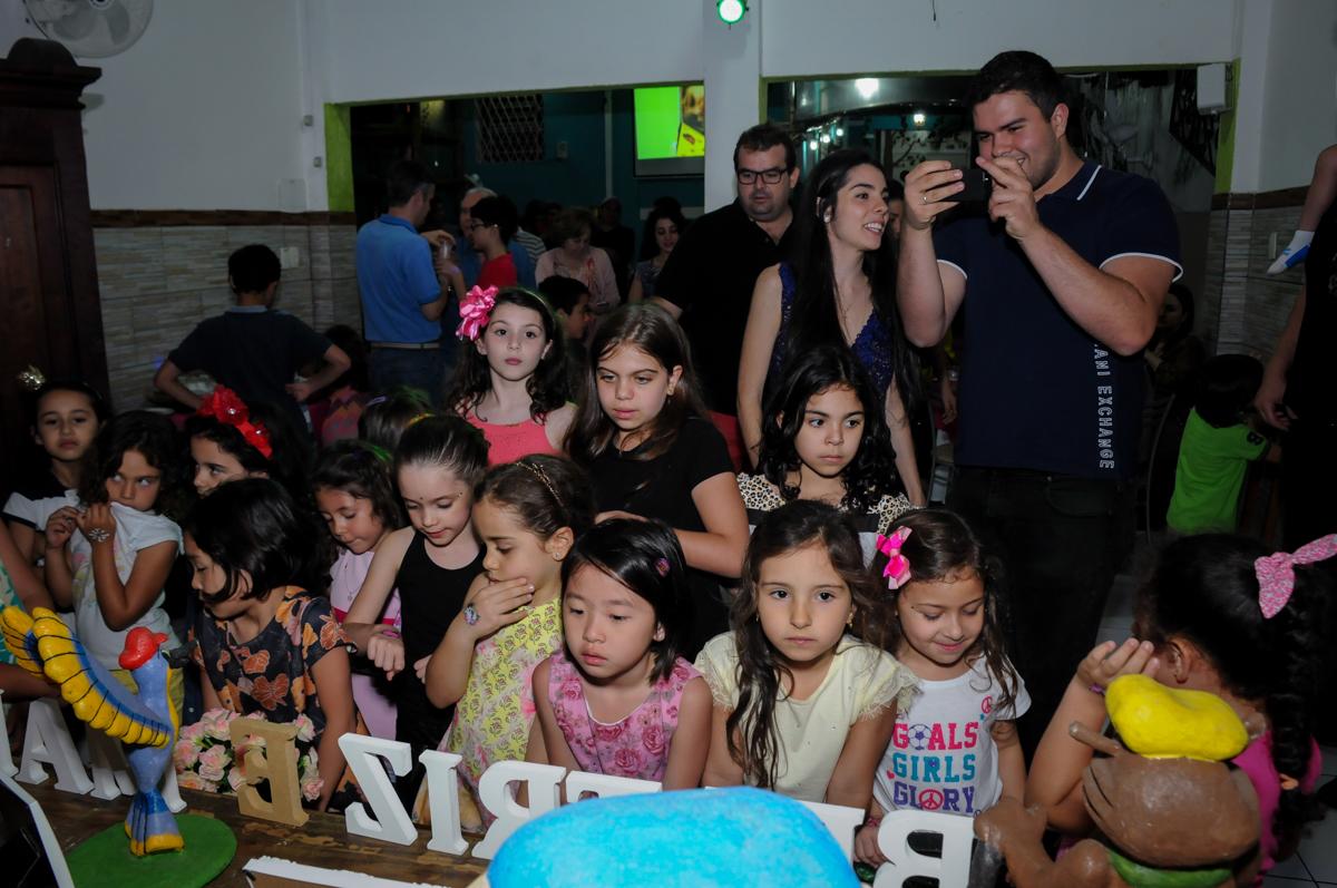 a turminha aguardando para cantar parabéns para as aniversariantes no Buffet A turma do Haroldo, Higienópolis, SP festa infantil Beatriz e Marina 6 anos