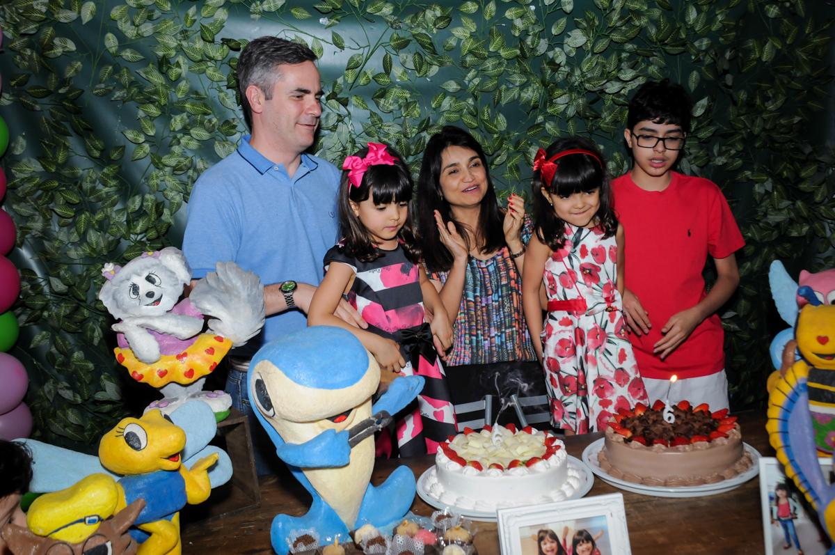 muita alegria no parabéns das gêmeas no Buffet A turma do Haroldo, Higienópolis, SP festa infantil Beatriz e Marina 6 anos
