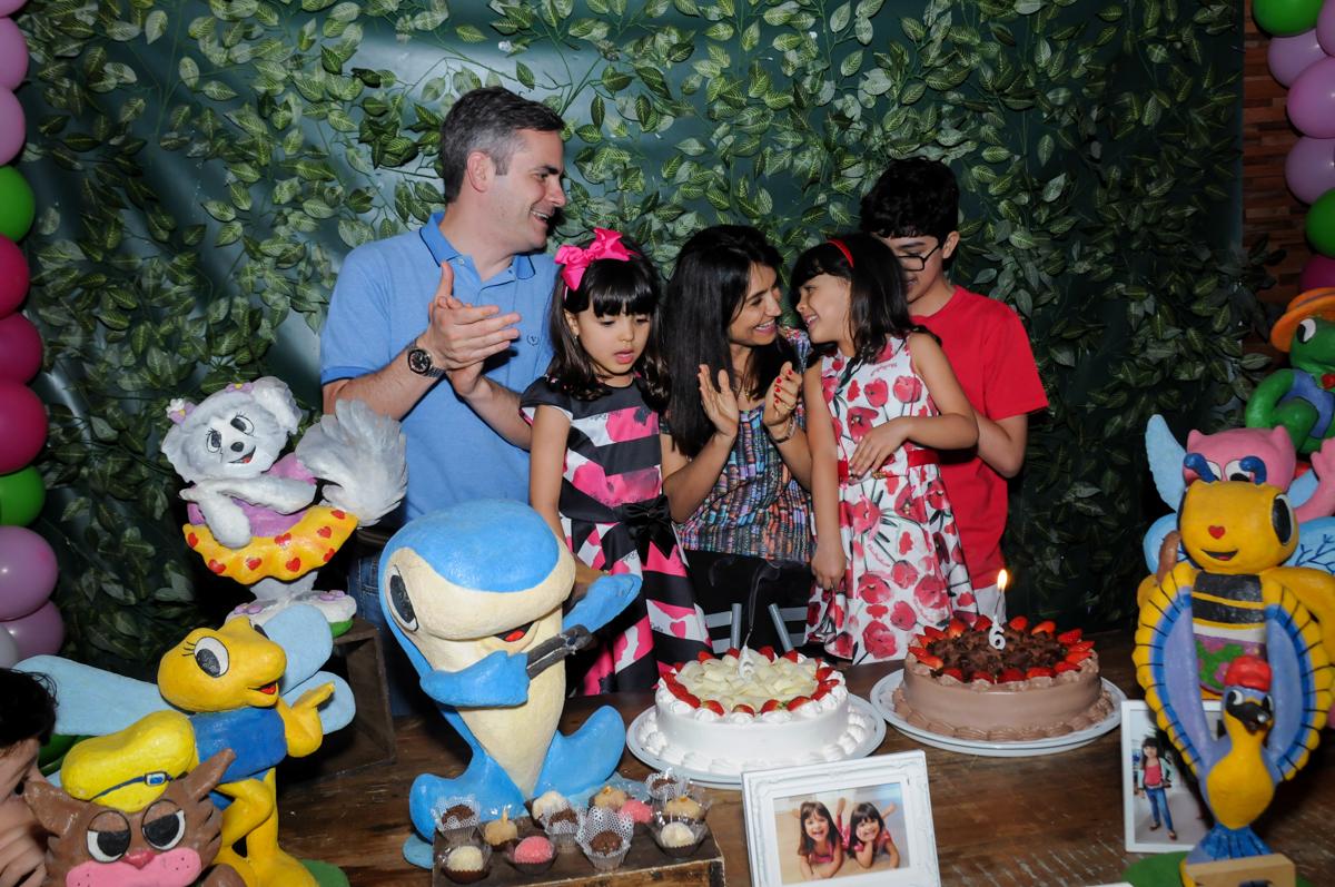 soprando a velinha do bolo no Buffet A turma do Haroldo, Higienópolis, SP festa infantil Beatriz e Marina 6 anos