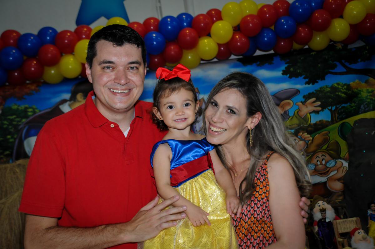 mamãe e papai com a aniversariante na aniversário infantil, nathália 2 anos,tema da mesa branca de neve, buffet magic joy, moema, sp