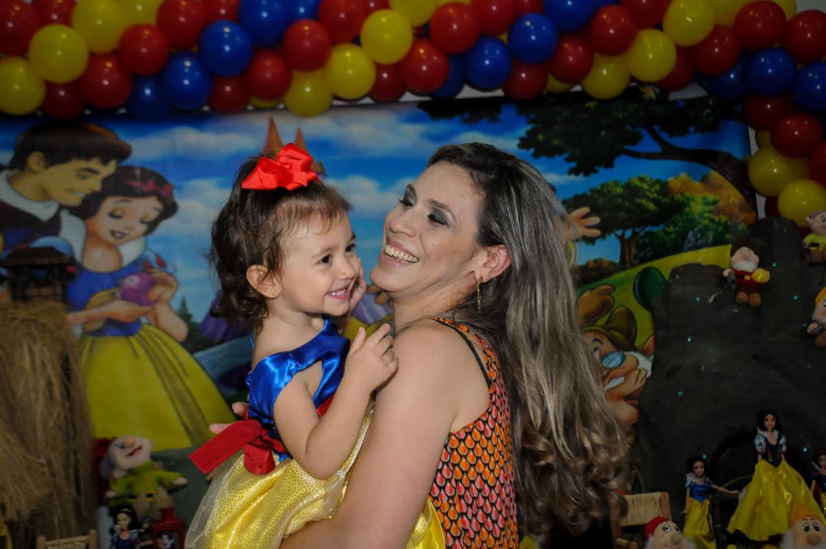 alegria da mãe com a aniversariante na aniversário infantil, nathália 2 anos,tema da mesa branca de neve, buffet magic joy, moema, sp