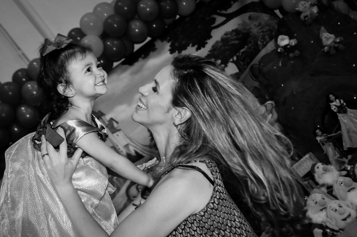 muito sorriso da mamãe com a aniversariante em frente a mesa decorada na aniversário infantil, nathália 2 anos,tema da mesa branca de neve, buffet magic joy, moema, sp