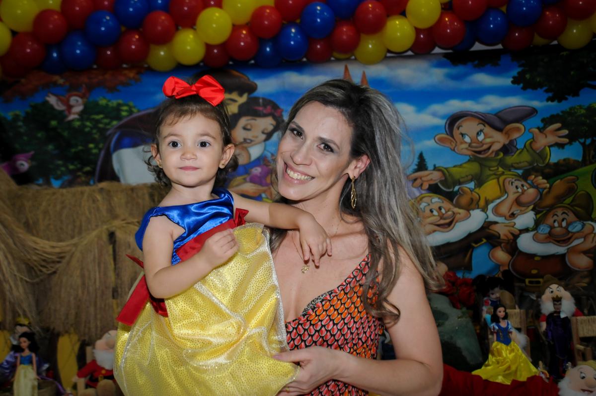 aniversariante no colo da mamãe na aniversário infantil, nathália 2 anos,tema da mesa branca de neve, buffet magic joy, moema, sp