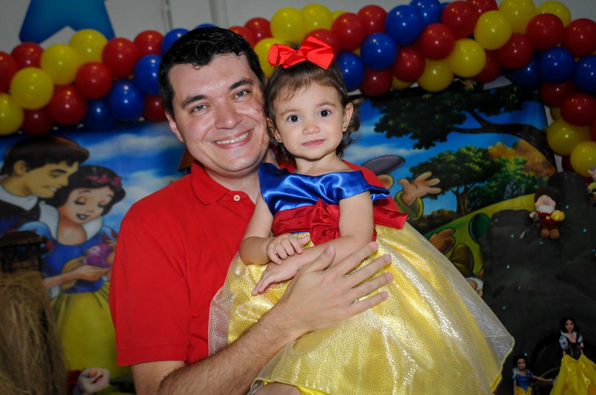 aniversariante no colo do papai na aniversário infantil, nathália 2 anos,tema da mesa branca de neve, buffet magic joy, moema, sp