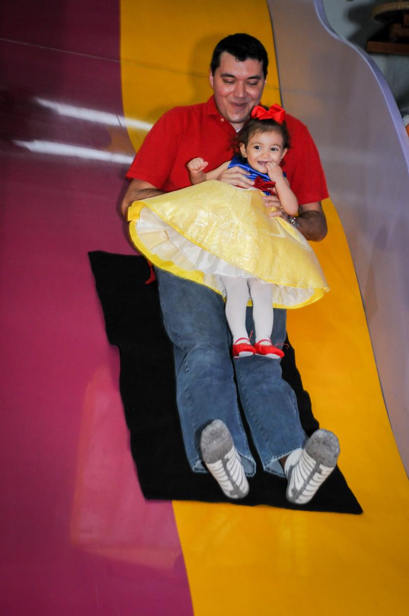 papai no escorregador na aniversário infantil, nathália 2 anos,tema da mesa branca de neve, buffet magic joy, moema, sp