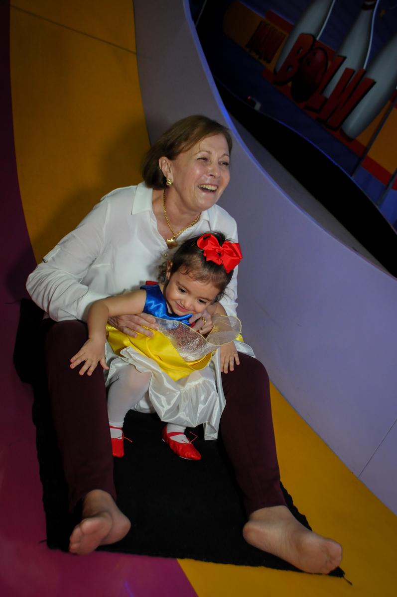 vovó também com a aniversariante no escorregador na aniversário infantil, nathália 2 anos,tema da mesa branca de neve, buffet magic joy, moema, sp