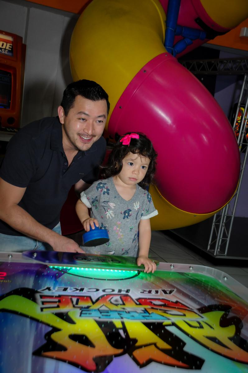 convidados brincado no futebol de mesa na aniversário infantil, nathália 2 anos,tema da mesa branca de neve, buffet magic joy, moema, sp