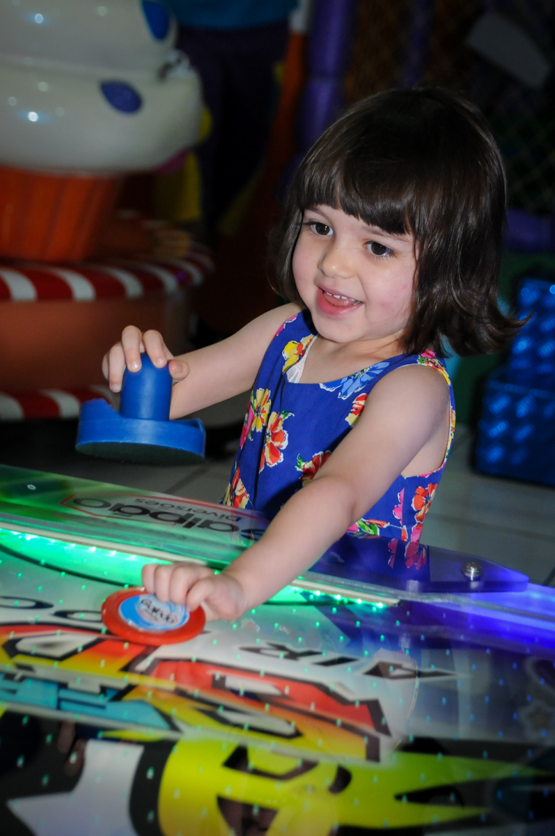 amiguinha também joga no futebol de mesa na aniversário infantil, nathália 2 anos,tema da mesa branca de neve, buffet magic joy, moema, sp