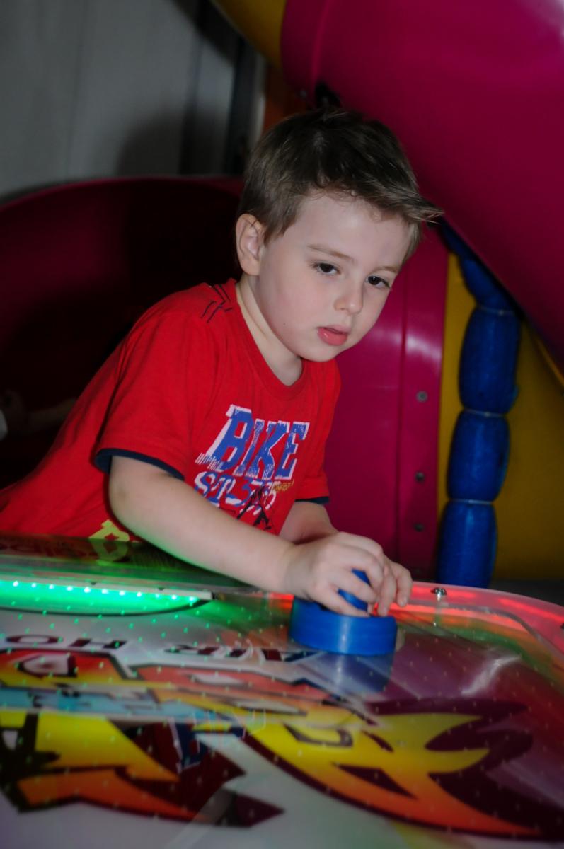 a competição de futebol de mesa é acirrada na aniversário infantil, nathália 2 anos,tema da mesa branca de neve, buffet magic joy, moema, spquem