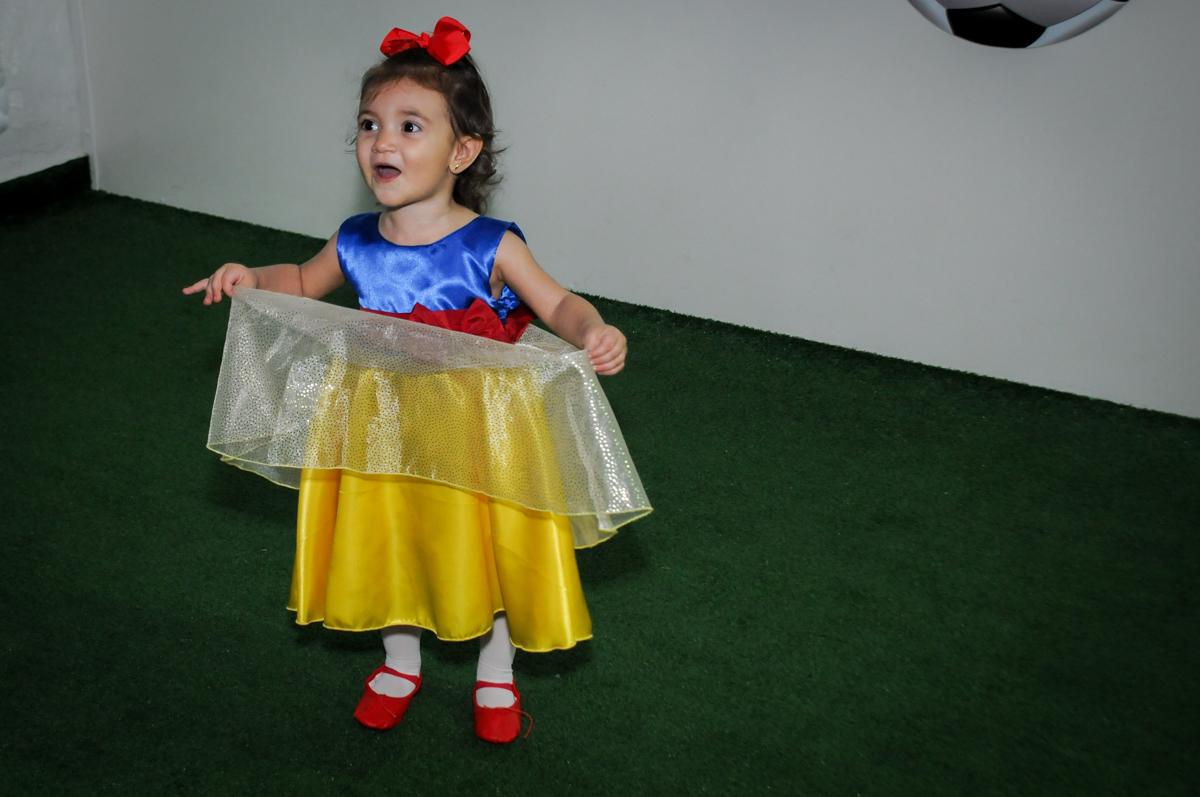 aniversariante feliz no campo de futebol  na aniversário infantil, nathália 2 anos,tema da mesa branca de neve, buffet magic joy, moema, sp