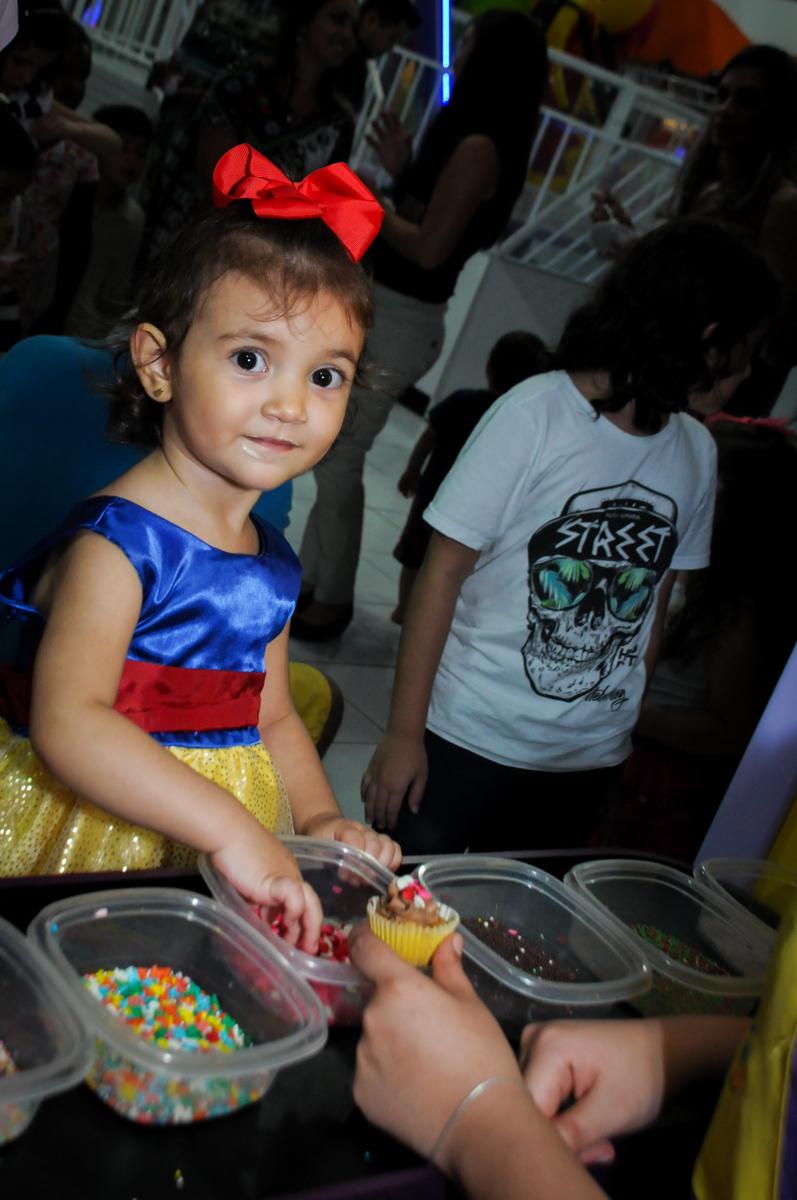 aniversariante faz seu próprio cup cake na aniversário infantil, nathália 2 anos,tema da mesa branca de neve, buffet magic joy, moema, sp