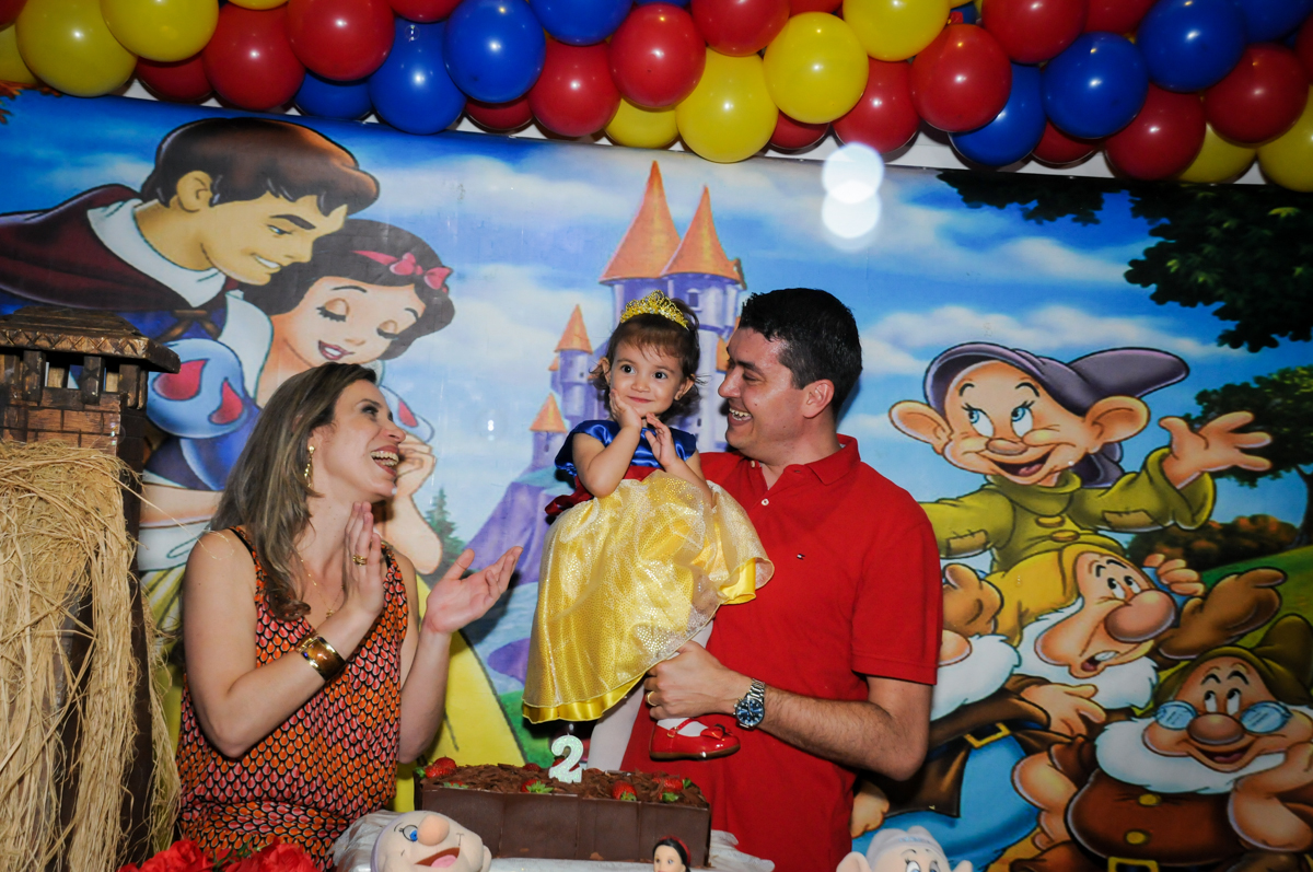 aniversariante e família feliz na hora do parabéns na aniversário infantil, nathália 2 anos,tema da mesa branca de neve, buffet magic joy, moema, sp
