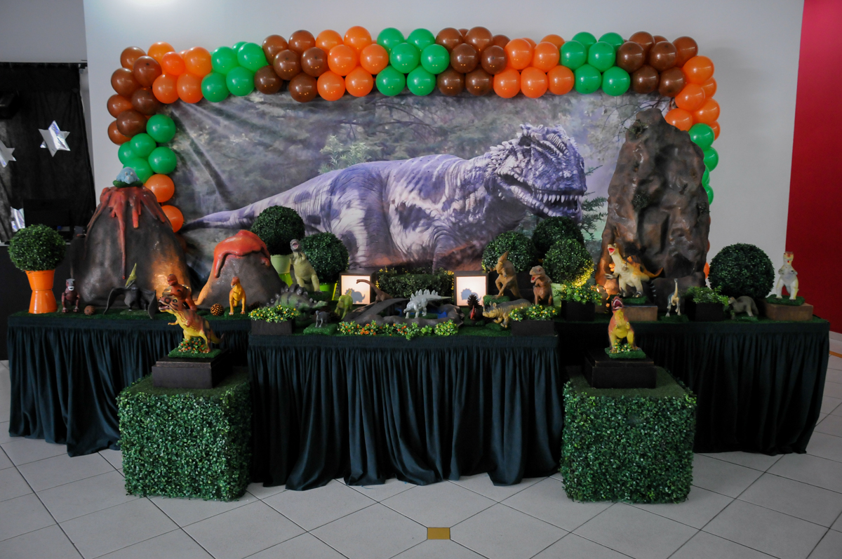 Mesa decorada no Buffet Paparicos, festa infantil, tema da mesa dinossauros, guilherme 5 anos