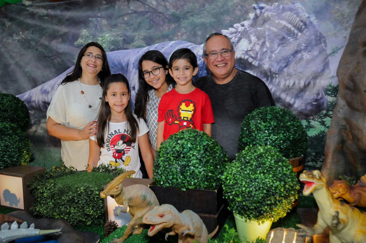 foto da família na mesa no Buffet Paparicos, festa infantil, tema da mesa dinossauros, guilherme 5 anos