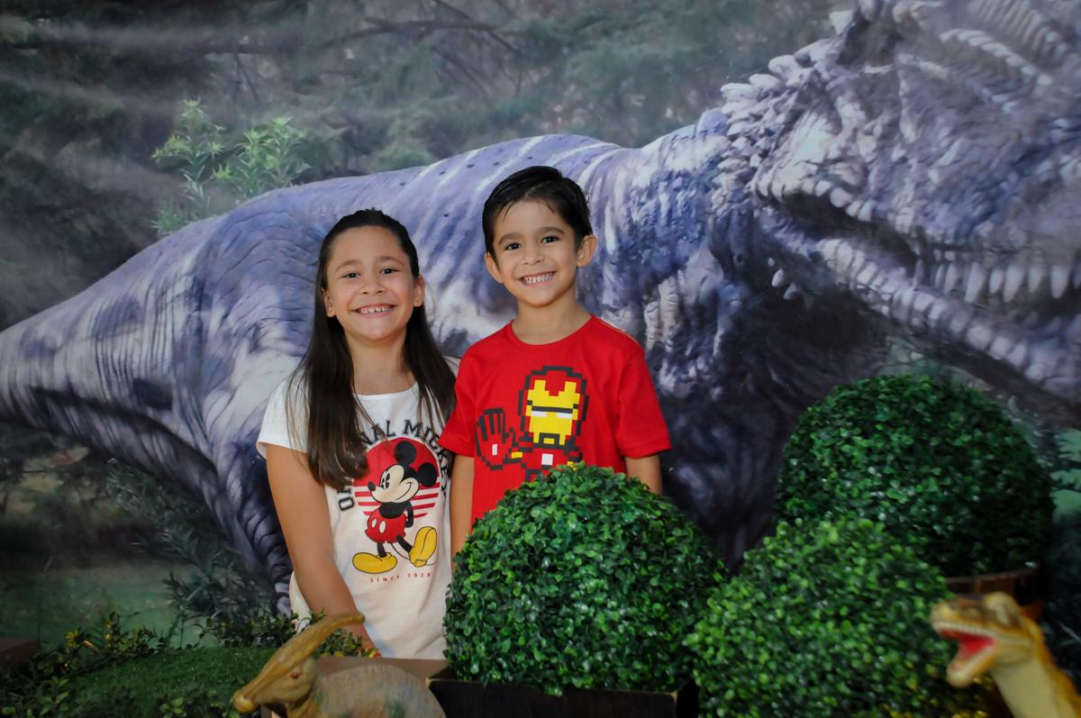 aniversariante é fotografado com a irmã no Buffet Paparicos, festa infantil, tema da mesa dinossauros, guilherme 5 anos