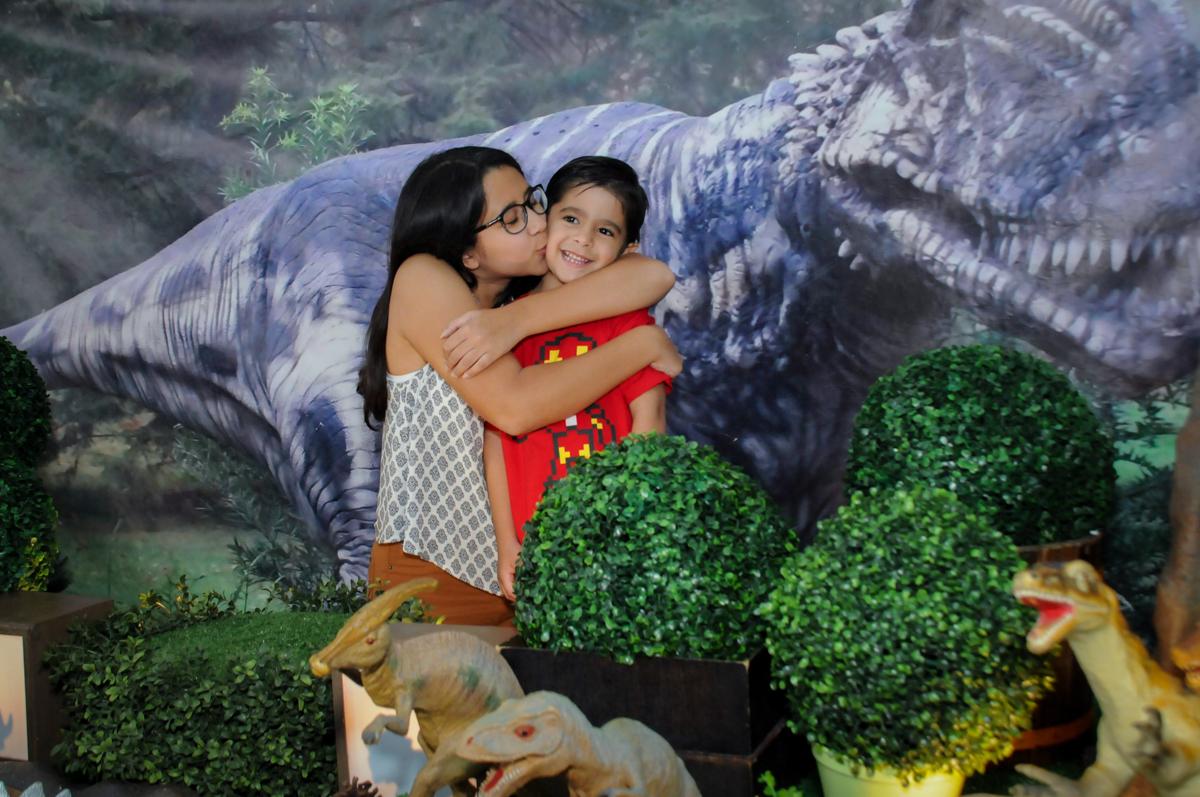 aniversariante ganha beijinho da irmã no Buffet Paparicos, festa infantil, tema da mesa dinossauros, guilherme 5 anos