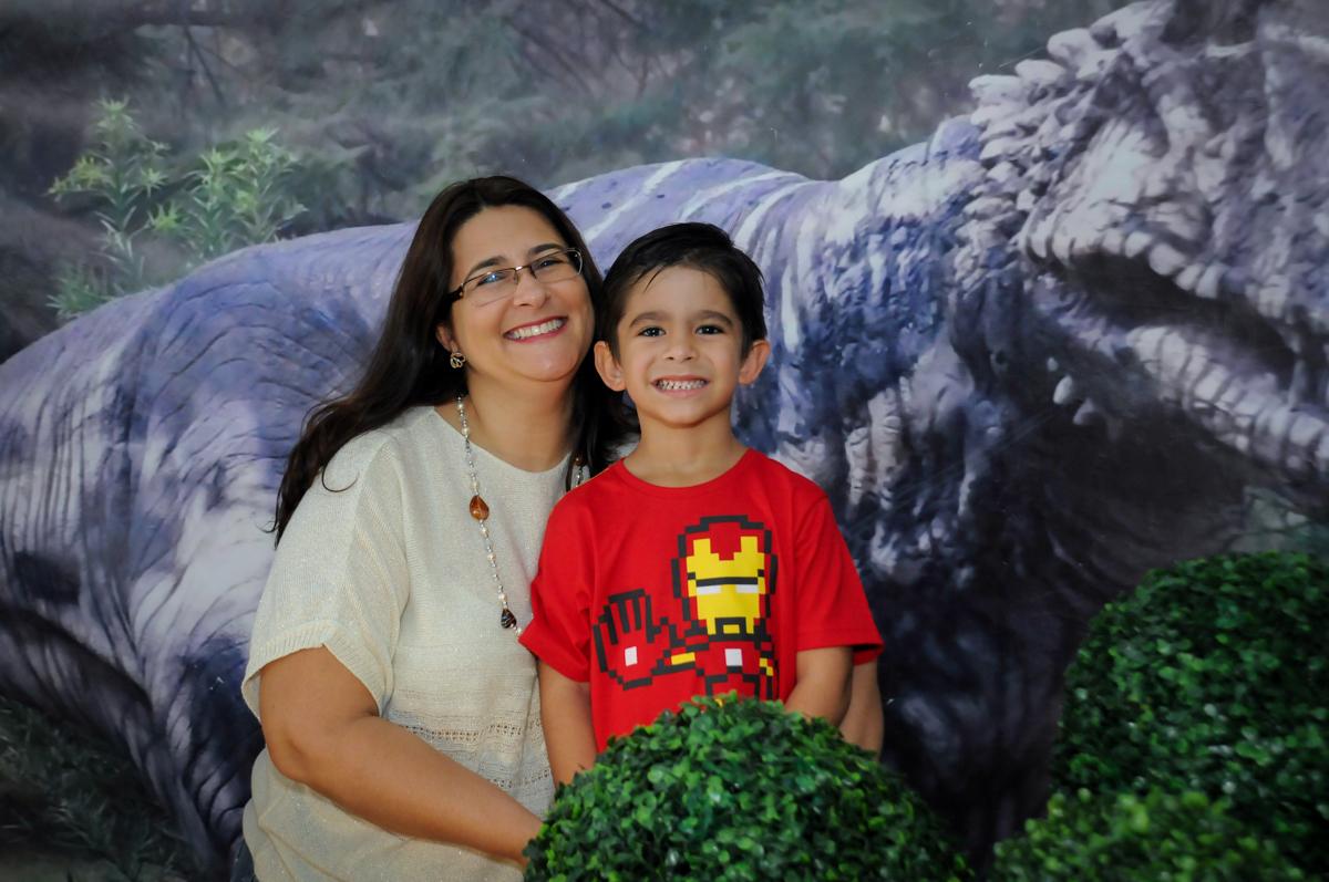 foto do aniversariante com sua mãe no Buffet Paparicos, festa infantil, tema da mesa dinossauros, guilherme 5 anos