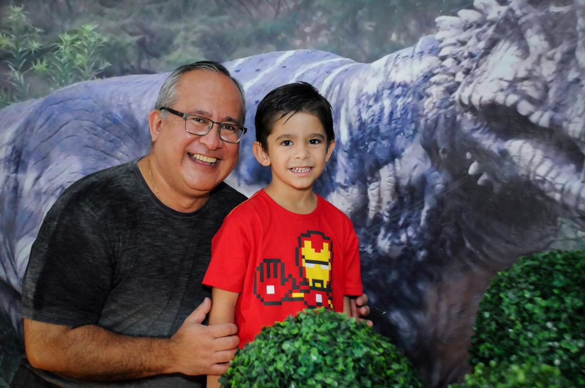 foto do aniversariante com o papai no Buffet Paparicos, festa infantil, tema da mesa dinossauros, guilherme 5 anos