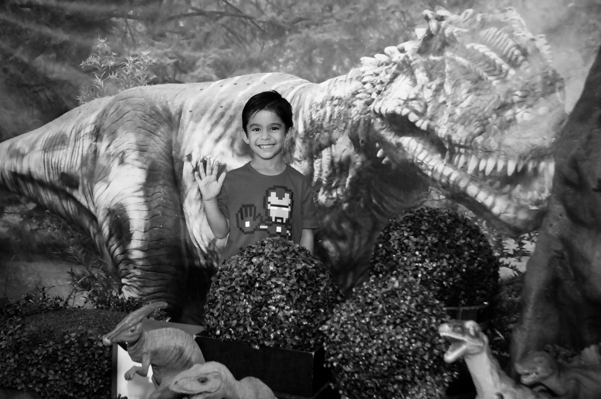 aniversariante posa para foto no Buffet Paparicos, festa infantil, tema da mesa dinossauros, guilherme 5 anos