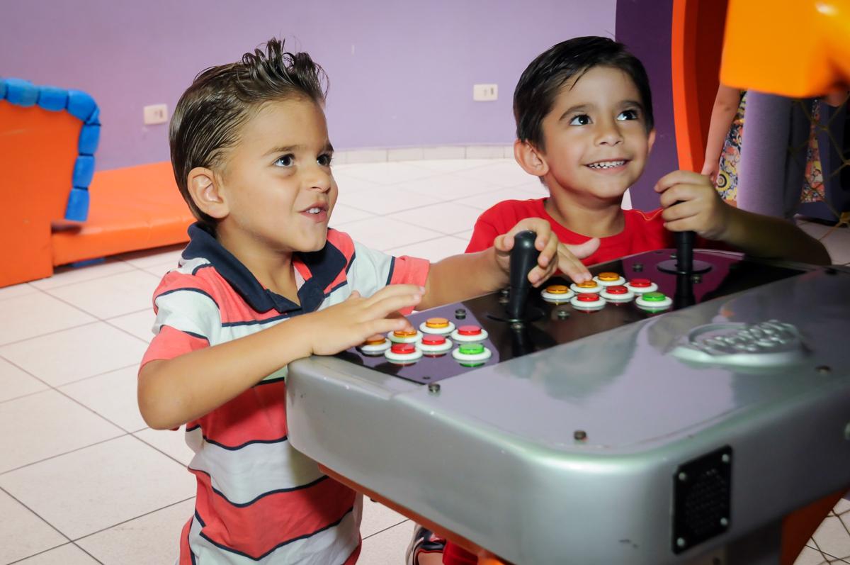 amigos jogando jogando game no Buffet Paparicos, festa infantil, tema da mesa dinossauros, guilherme 5 anos
