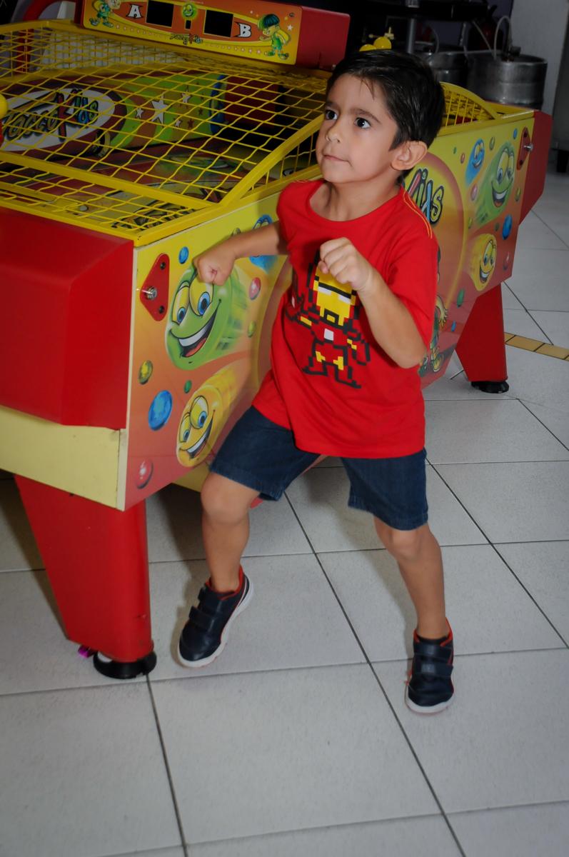 brincando no x box no Buffet Paparicos, festa infantil, tema da mesa dinossauros, guilherme 5 anos