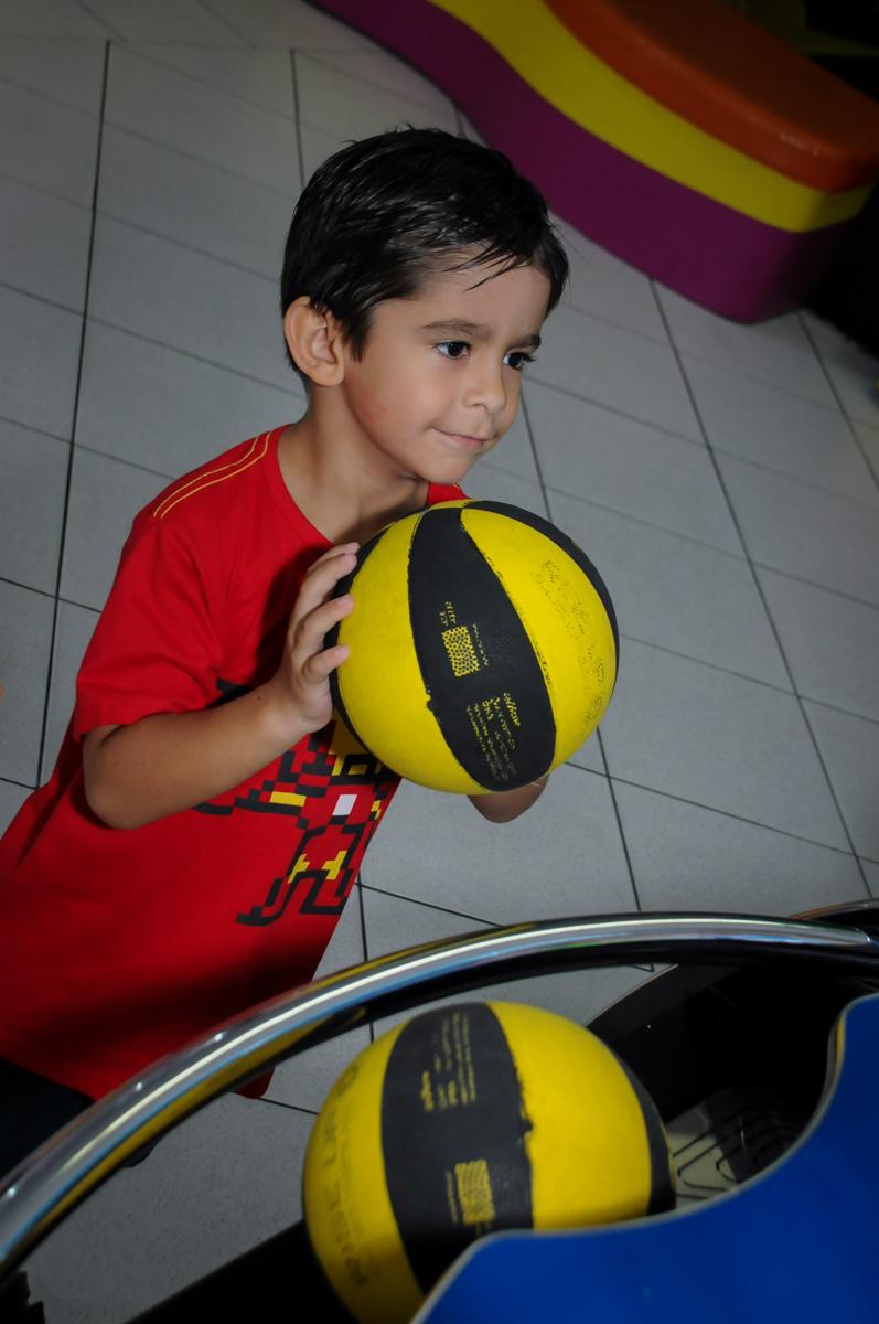 jogo de basquete no Buffet Paparicos, festa infantil, tema da mesa dinossauros, guilherme 5 anos