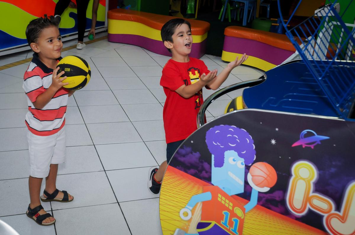 comemorando a cesta no jogo de basquete no Buffet Paparicos, festa infantil, tema da mesa dinossauros, guilherme 5 anos
