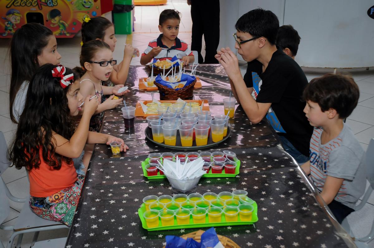 hora do lanche das crianças no Buffet Paparicos, festa infantil, tema da mesa dinossauros, guilherme 5 anos