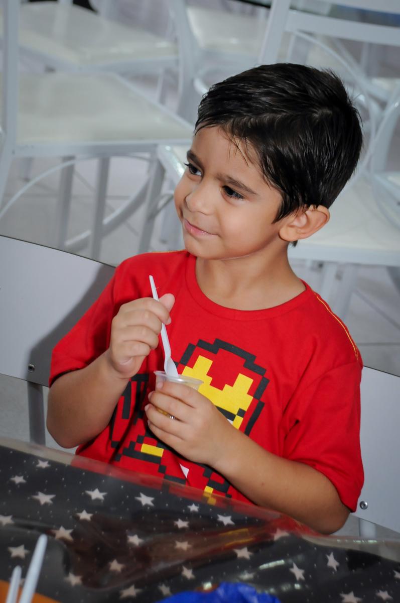o aniversariante participa do lanchinho no Buffet Paparicos, festa infantil, tema da mesa dinossauros, guilherme 5 anos