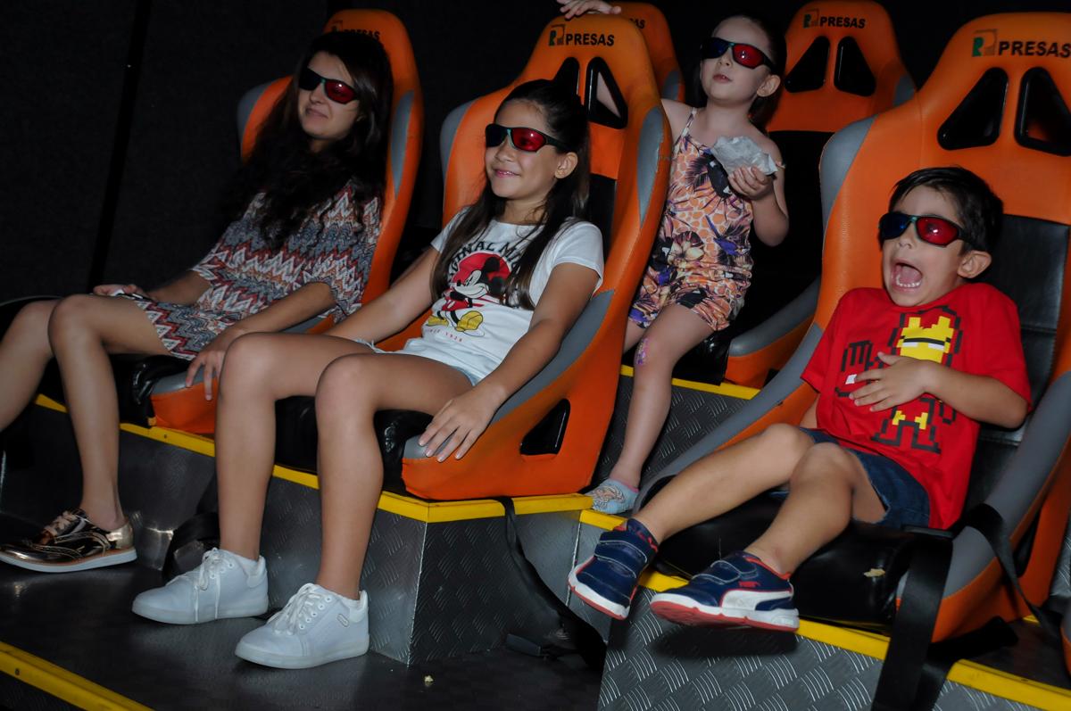 sessão de cinema 3 D no Buffet Paparicos, festa infantil, tema da mesa dinossauros, guilherme 5 anos