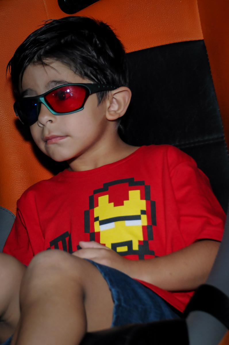 o aniversariante está na sala de cinema 3 D no Buffet Paparicos, festa infantil, tema da mesa dinossauros, guilherme 5 anos