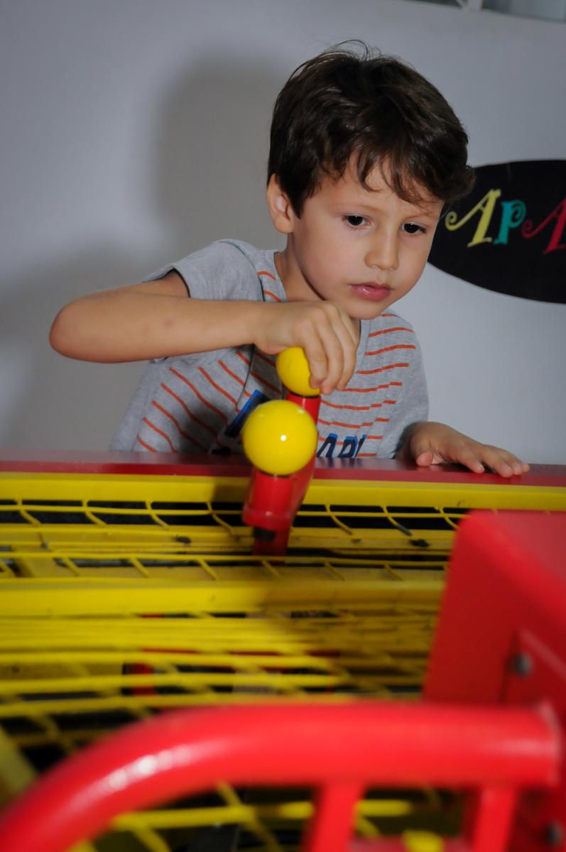jogo de futebol no Buffet Paparicos, festa infantil, tema da mesa dinossauros, guilherme 5 anos