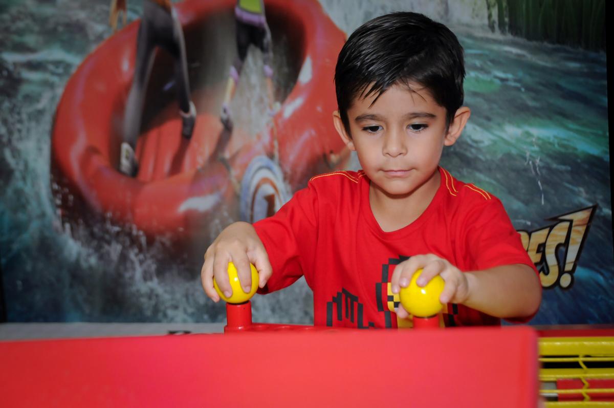 o aniversariante também joga futebol de mesa no Buffet Paparicos, festa infantil, tema da mesa dinossauros, guilherme 5 anos