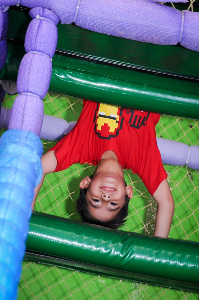 pose de cabeça para baixo no brinquedão no Buffet Paparicos, festa infantil, tema da mesa dinossauros, guilherme 5 anos