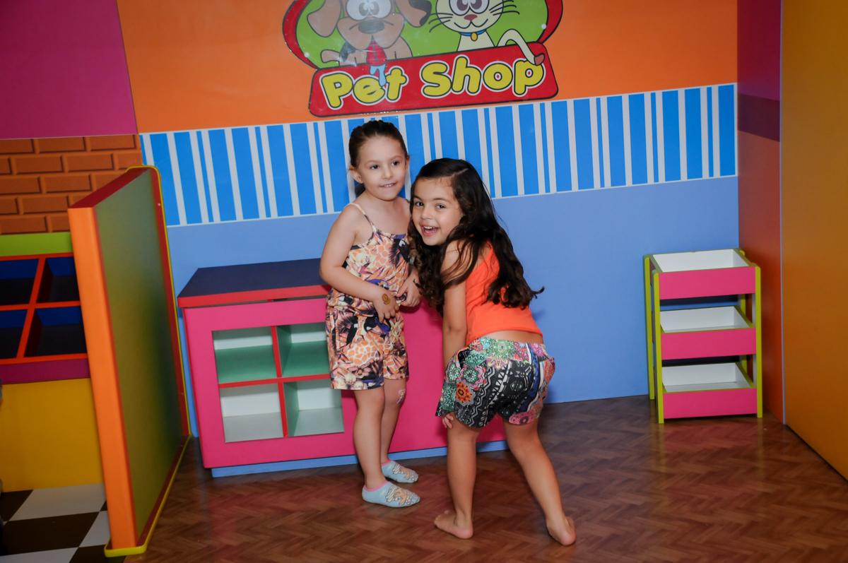 as crianças brincam no pet shop no Buffet Paparicos, festa infantil, tema da mesa dinossauros, guilherme 5 anos