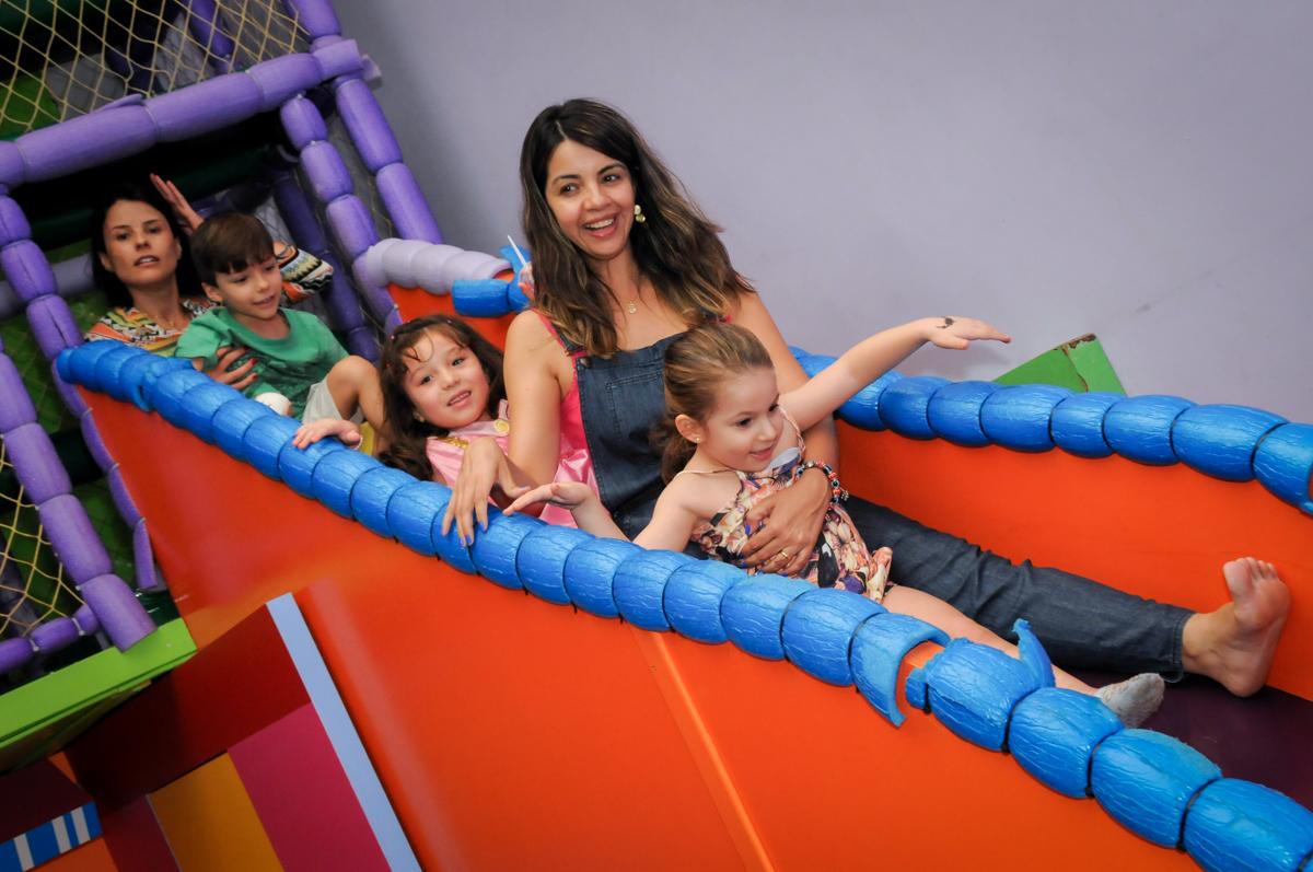 fila indiana para escorregar no escorregador do brinquedão no Buffet Paparicos, festa infantil, tema da mesa dinossauros, guilherme 5 anos