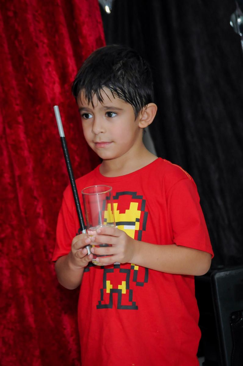 o aniversariante participa do show de mágica no Buffet Paparicos, festa infantil, tema da mesa dinossauros, guilherme 5 anos