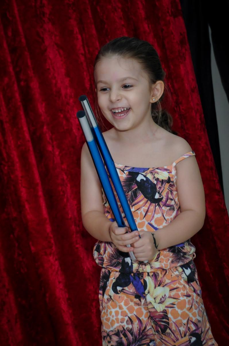 a amiguinha segura a varinha mágica no show de mágica no Buffet Paparicos, festa infantil, tema da mesa dinossauros, guilherme 5 anos