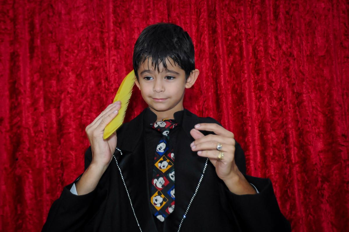 agora quem é o mágico é o aniversariante no Buffet Paparicos, festa infantil, tema da mesa dinossauros, guilherme 5 anos