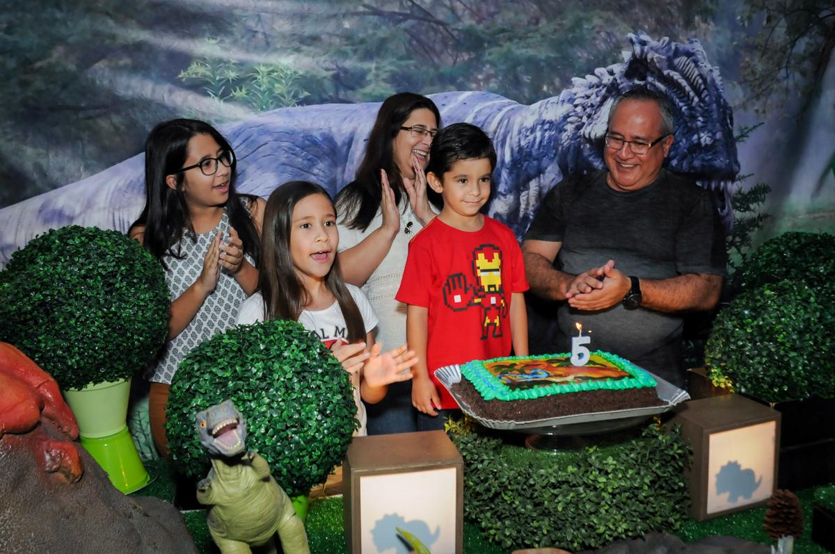 hora de cantar o parabéns no Buffet Paparicos, festa infantil, tema da mesa dinossauros, guilherme 5 anos